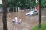 冠水したハノイ市街地