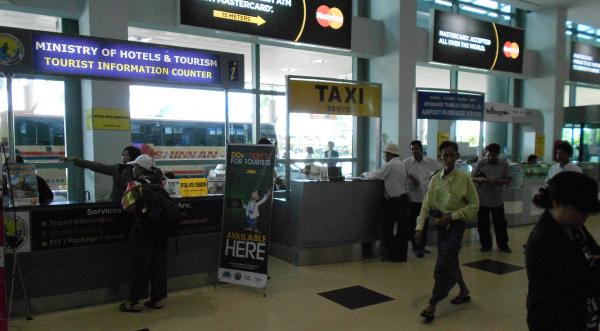 ヤンゴン市内の交通手段 エアポートタクシーのカウンター